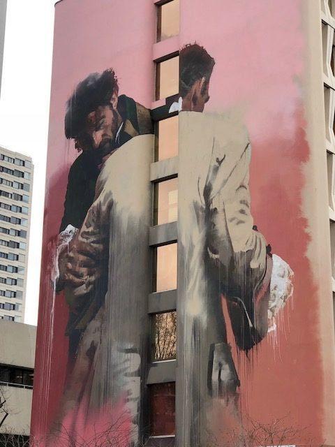 Un déménageur dans le quartier du Street Art